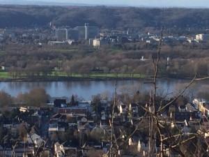 Der Rhein: zugefroren und im Schneesturm kaum zu erkennen.
